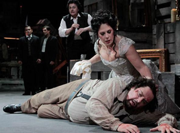توسكا تحاول إنقاذ حبيبها على المسرح الكبير بالأوبرا