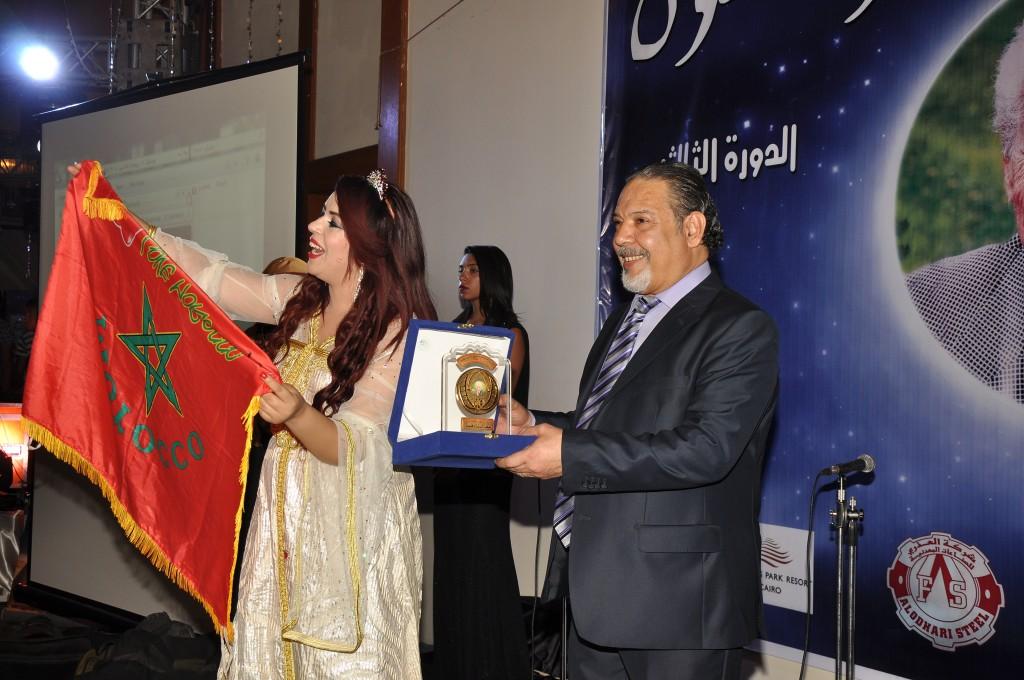 المطربة المغربية بشرى ترفع علم المغرب