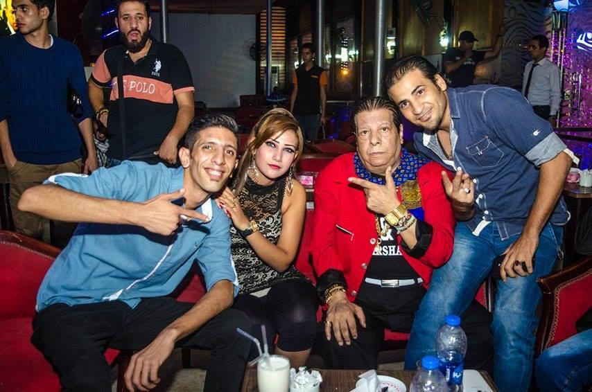 الفنان شعبان عبدالرحيم يتوسط أحمد واصدقائه