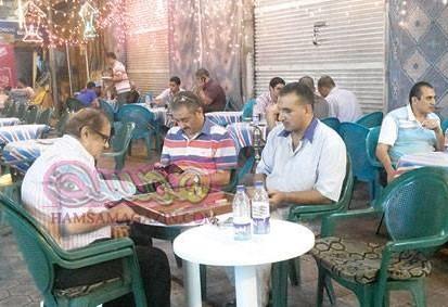 مقاهى الأسكندرية .. إشغال طريق وملتقى العاطلين والعاملين والعائلات