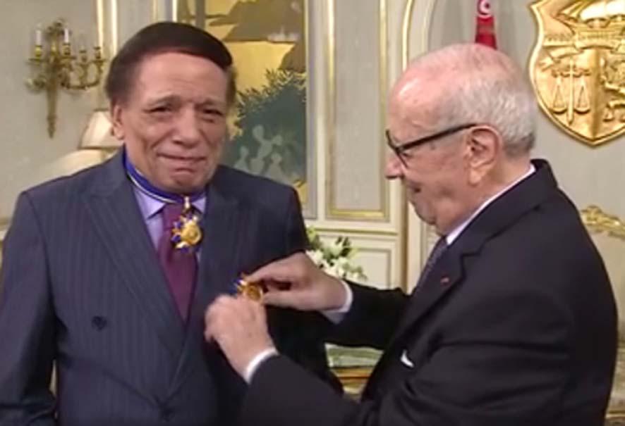 الرئيس التونسى يمنح الزعيم عادل إمام وسام الاستحقاق من الطبقة الأولى